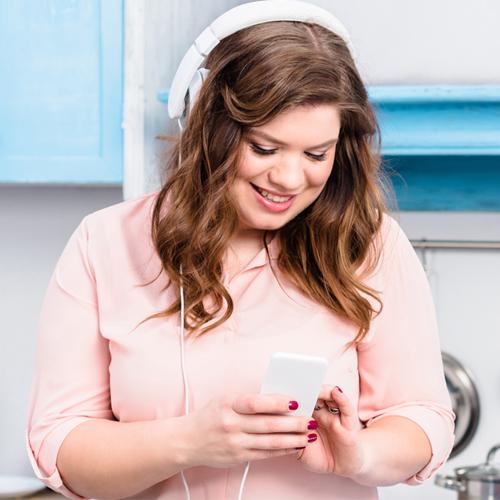 Vrouw met koptelefoon - Bariatrie groep nederland - alles voor na je maagverkleining